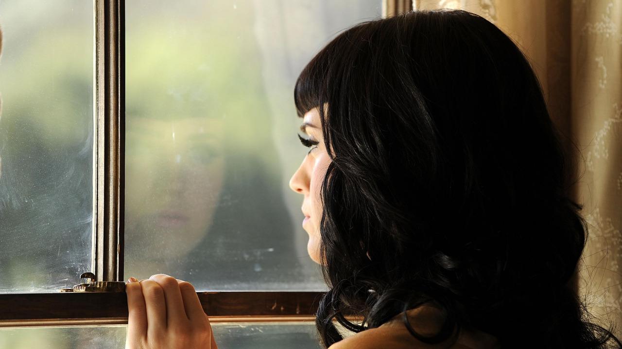 Картинки девушка скучает у окна