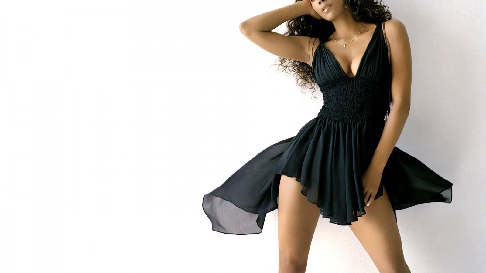 красивая девушка в коротком платье танцует стоит
