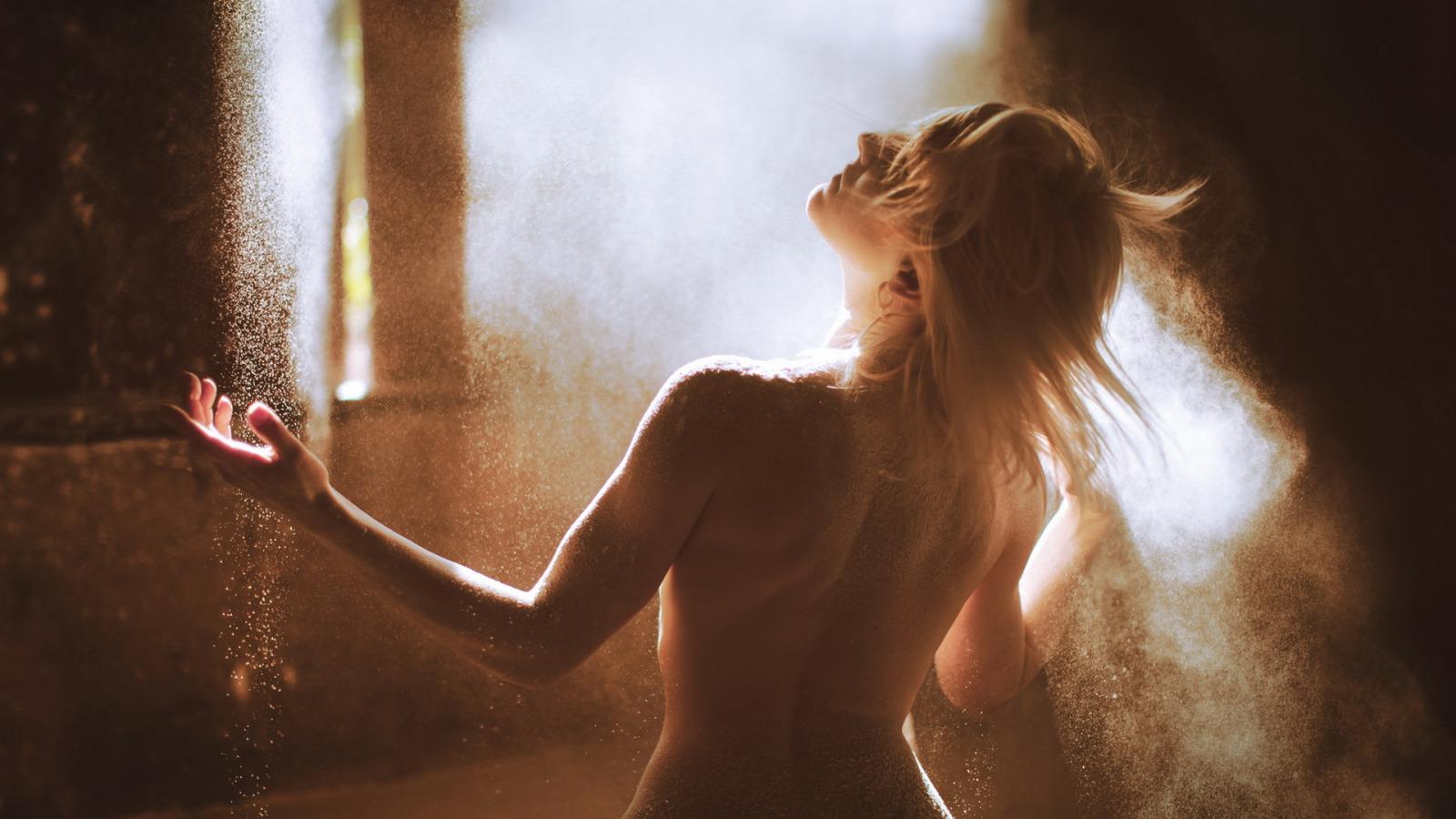 Голые девушки в солнечных лучах, русские актрисы засветившиеся в порно