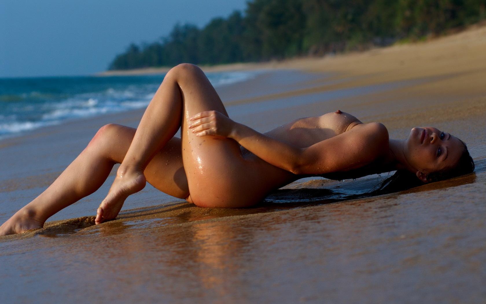 На пляже девушки эротика