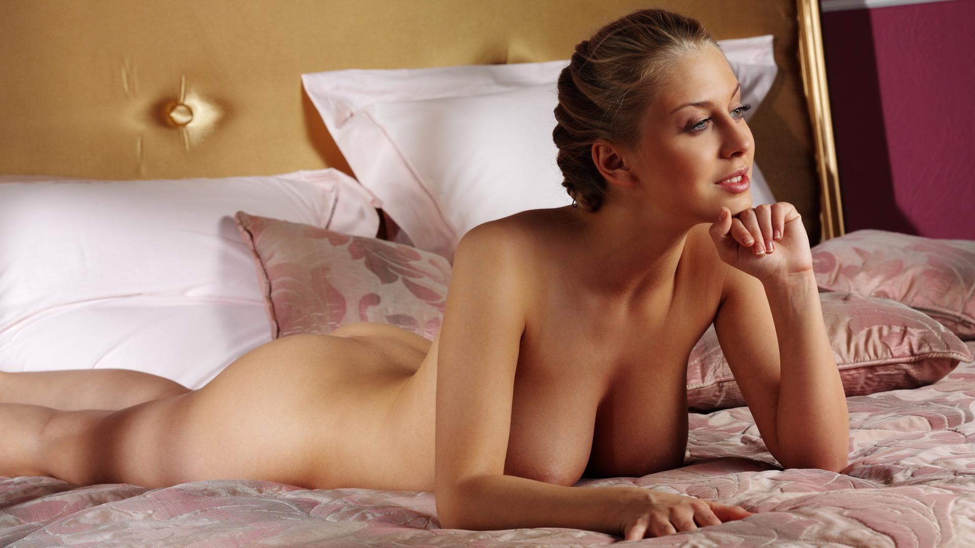 Эротические фото на кровате 8 фотография