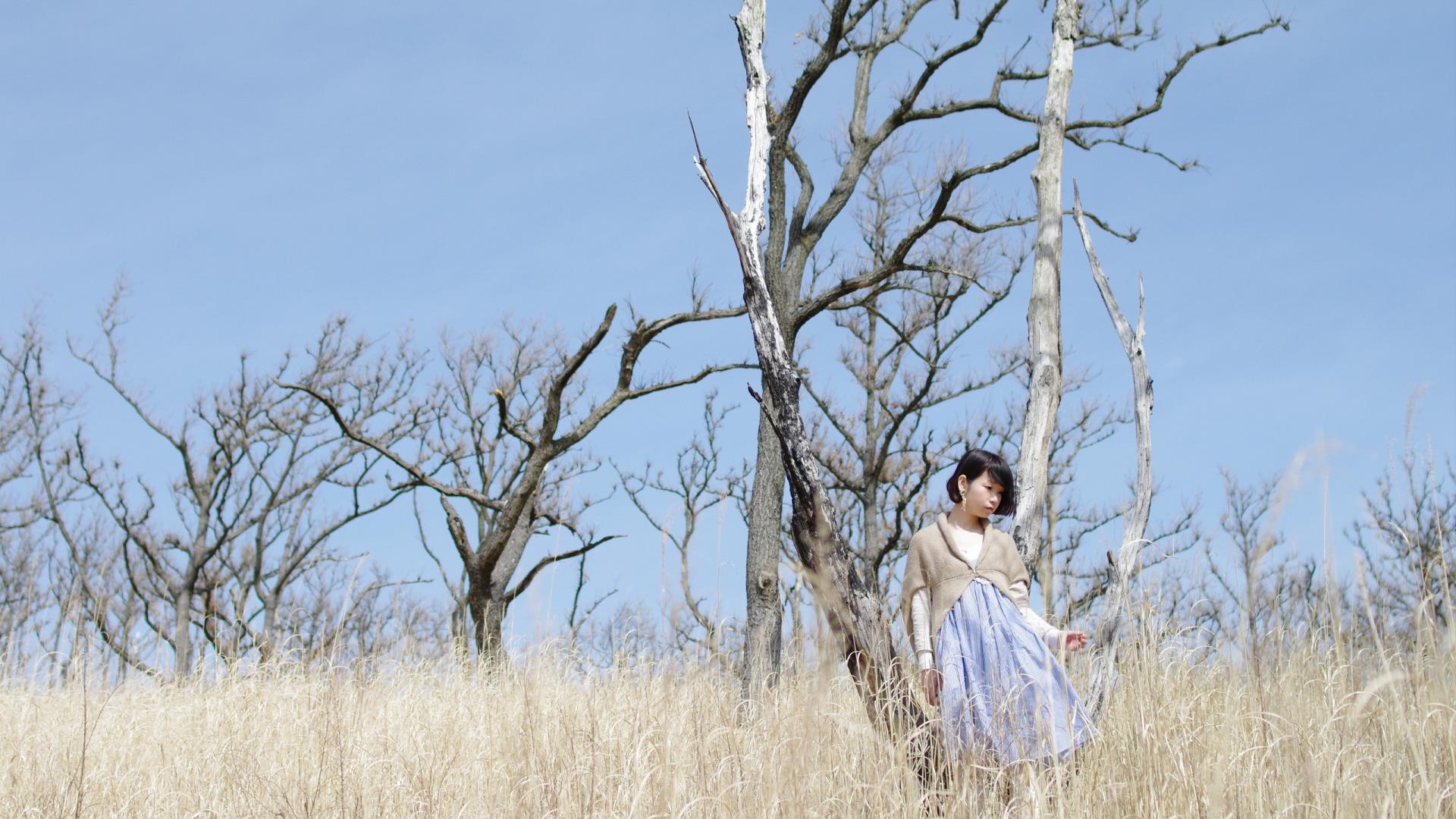 девушка поле деревья  № 3581962 бесплатно
