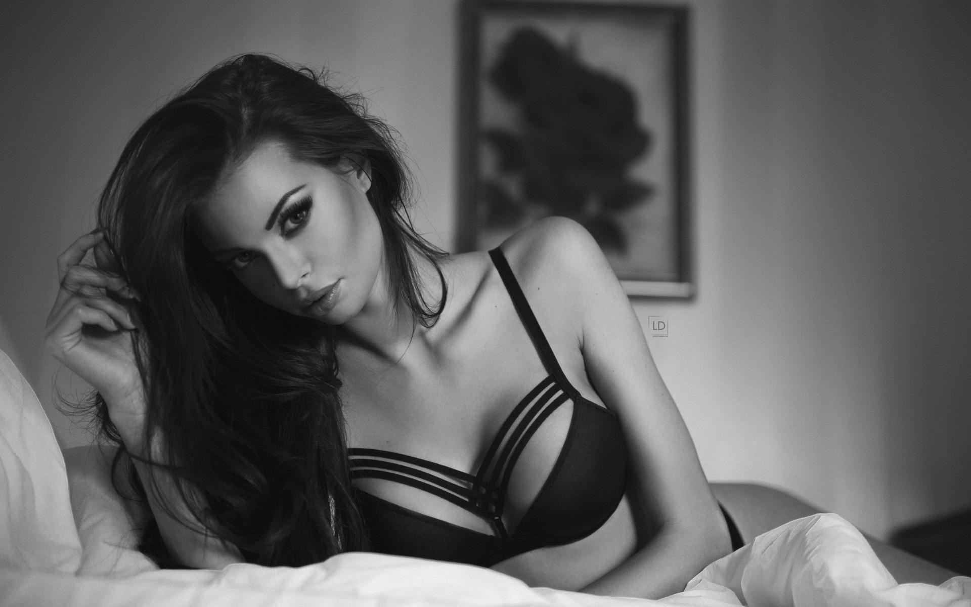 Черно-белые селфи сексуальной брюнетки  357267