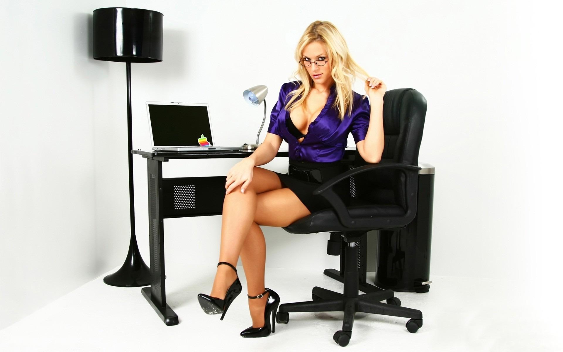 Секретарша сверкает киской в кабинете начальника  563170