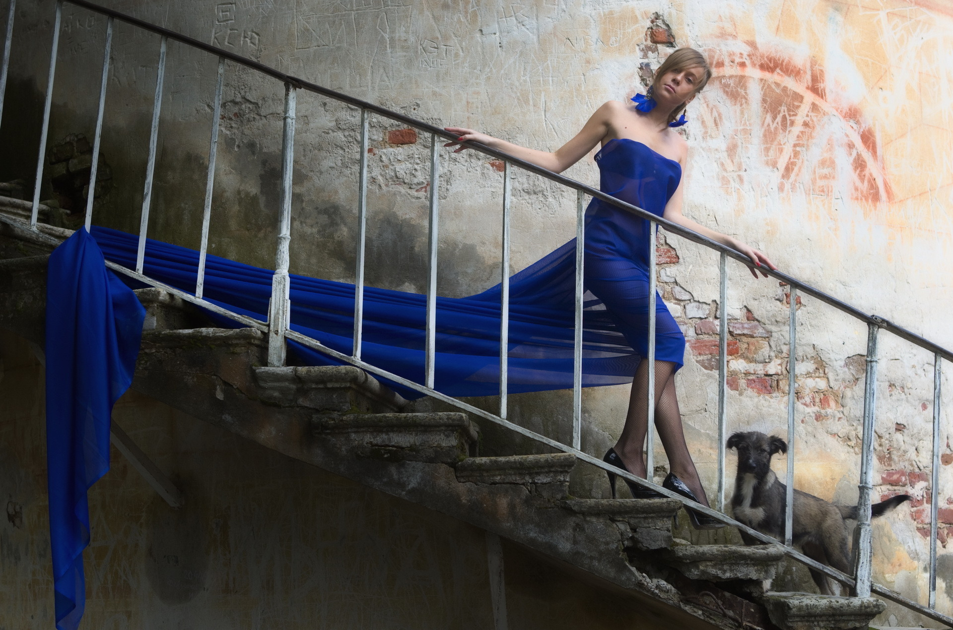 Рыжая на лестнице 22 фотография