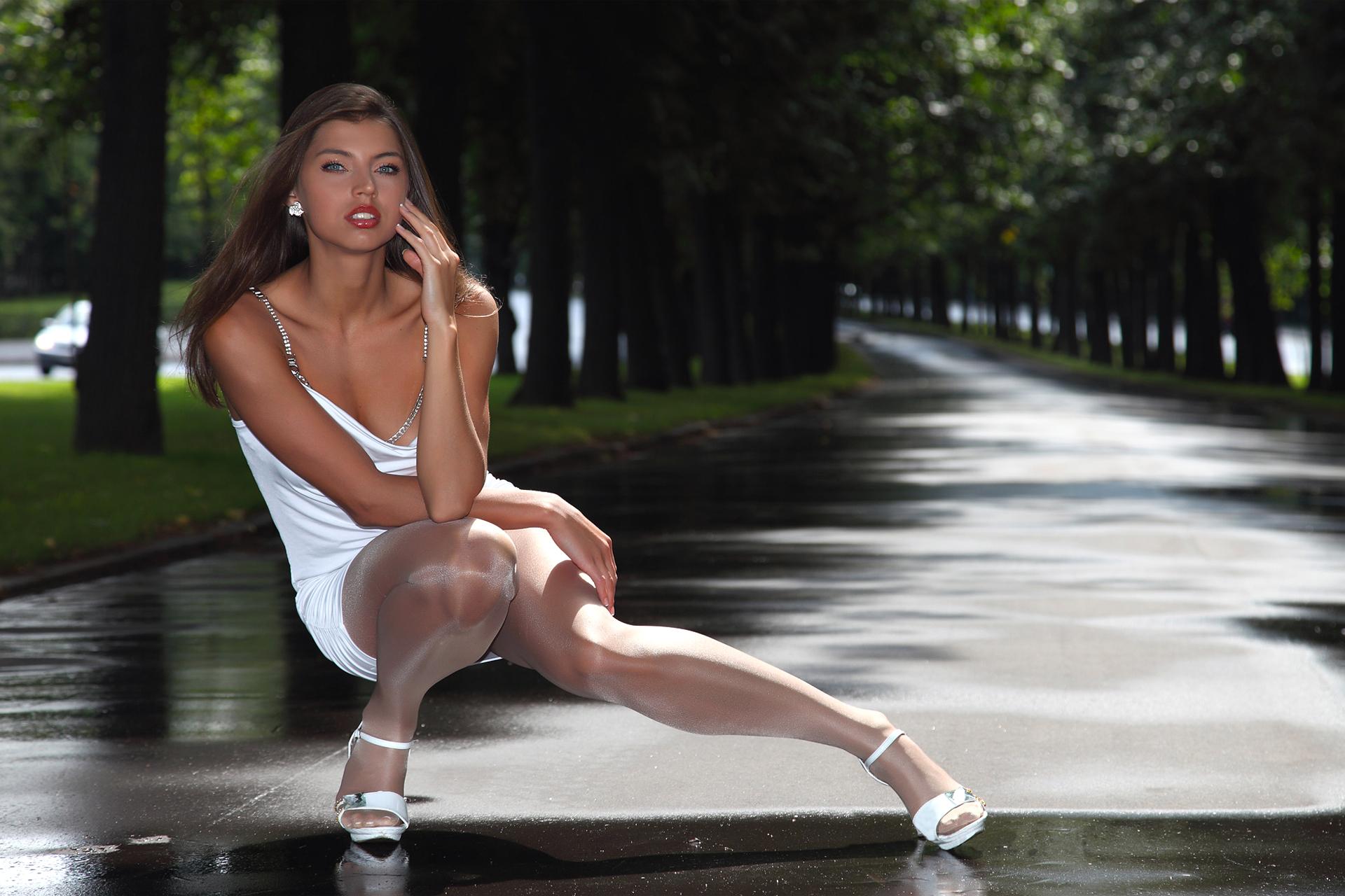 Фото девочка в юбке на корточках, Дамы на корточках без трусиков 6 фотография