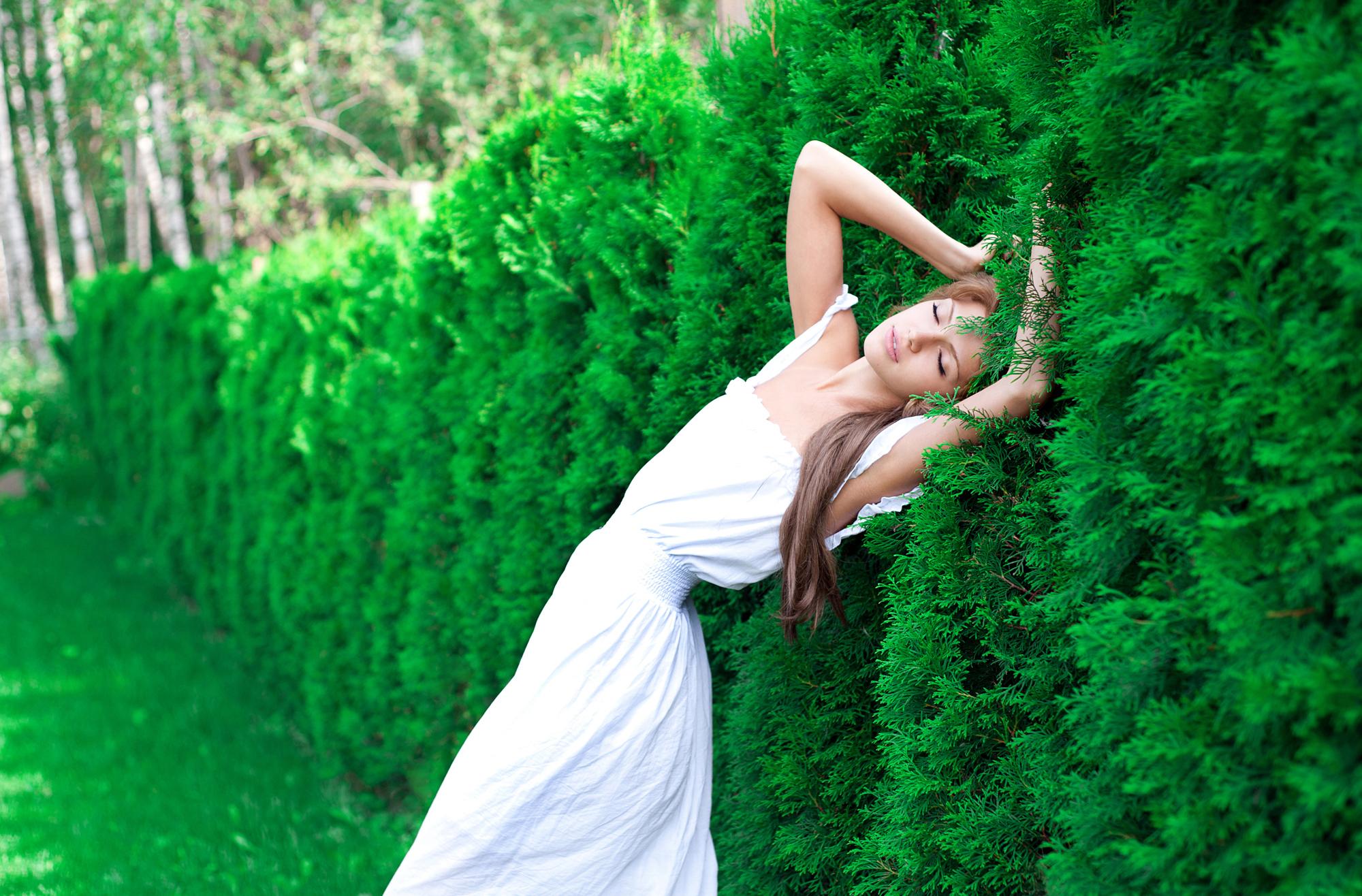 природа трава девушка черное платье  № 636916  скачать