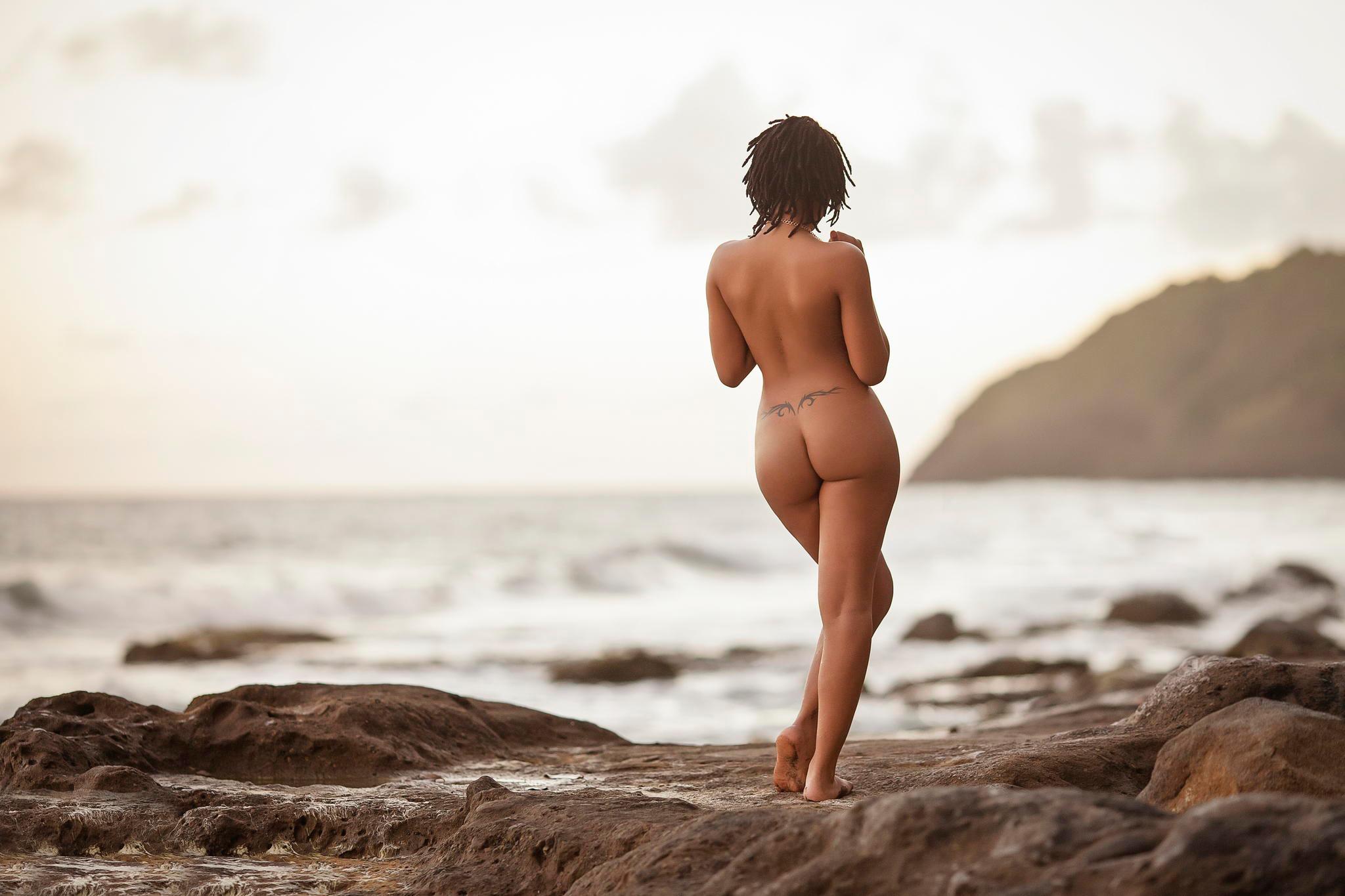 erotichnie-foto-krasivih-devushek-na-beregu-morya-tolpa-chernih-trahaet-belokuruyu-devku