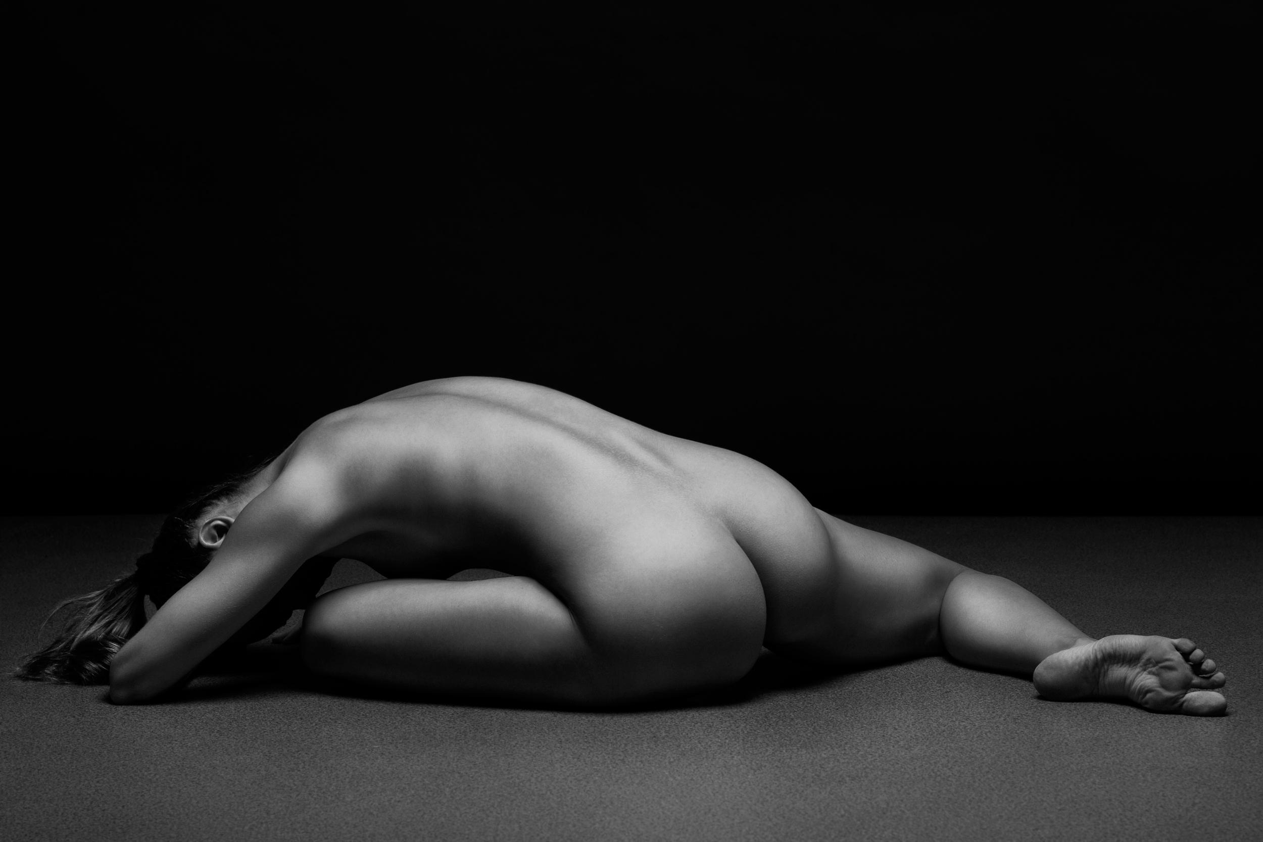 Эротика фото черный фон, Стройное голое тело статной девушки на черном фоне 8 фотография