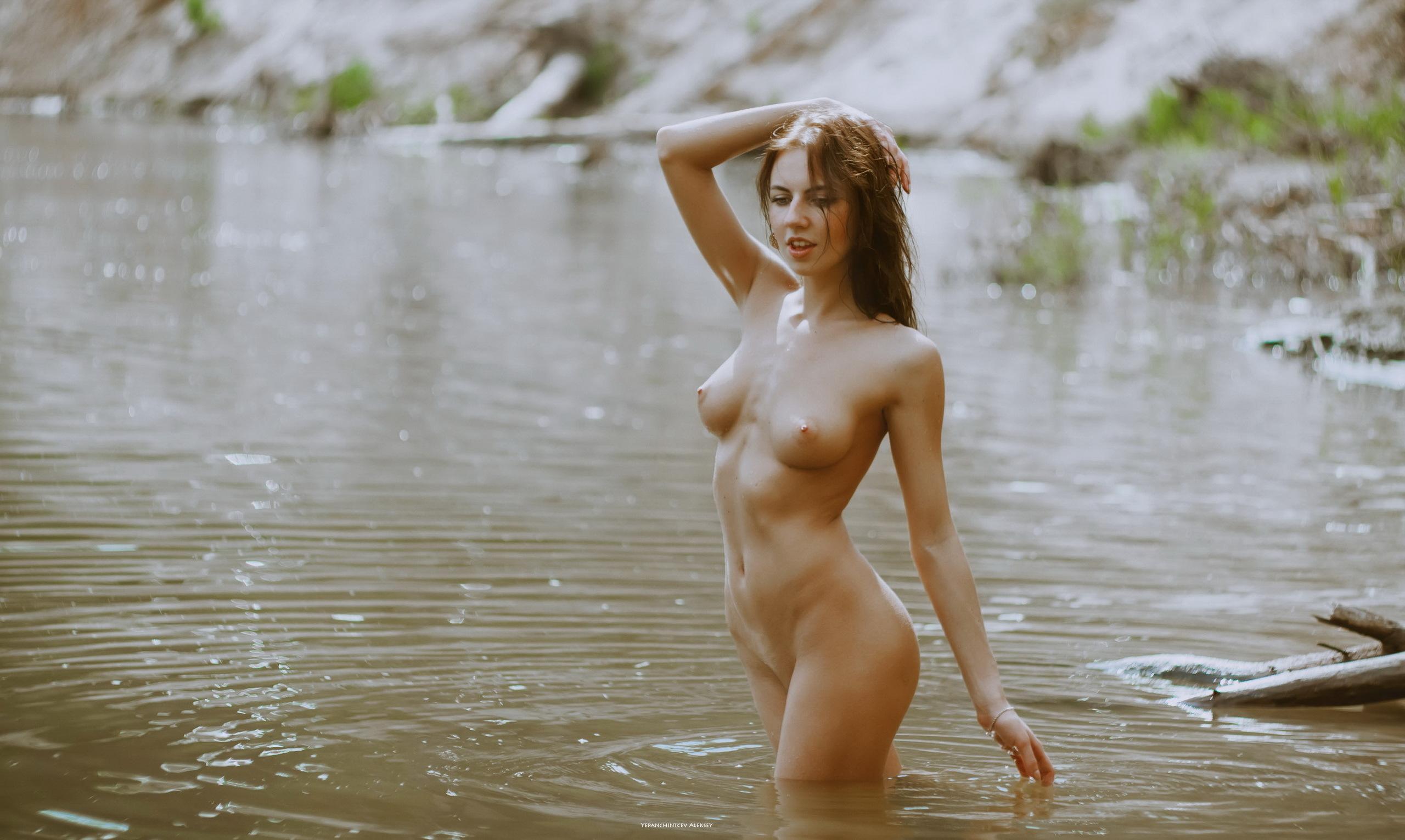 еще немного фото обнаженных девушек в воде отвел
