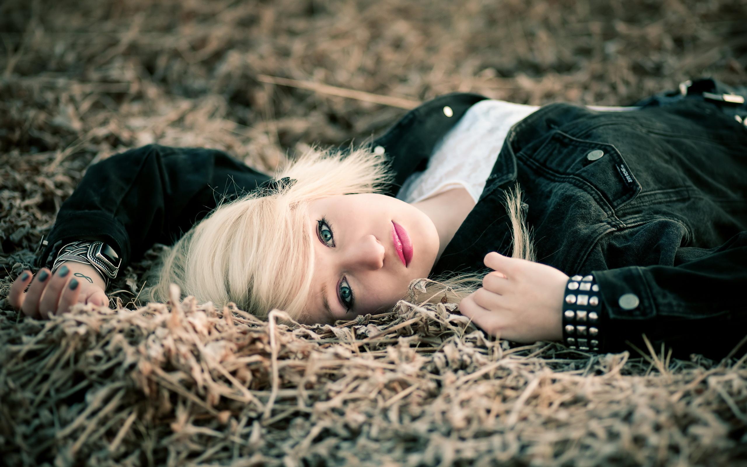 Девушка в траве  № 559832 загрузить