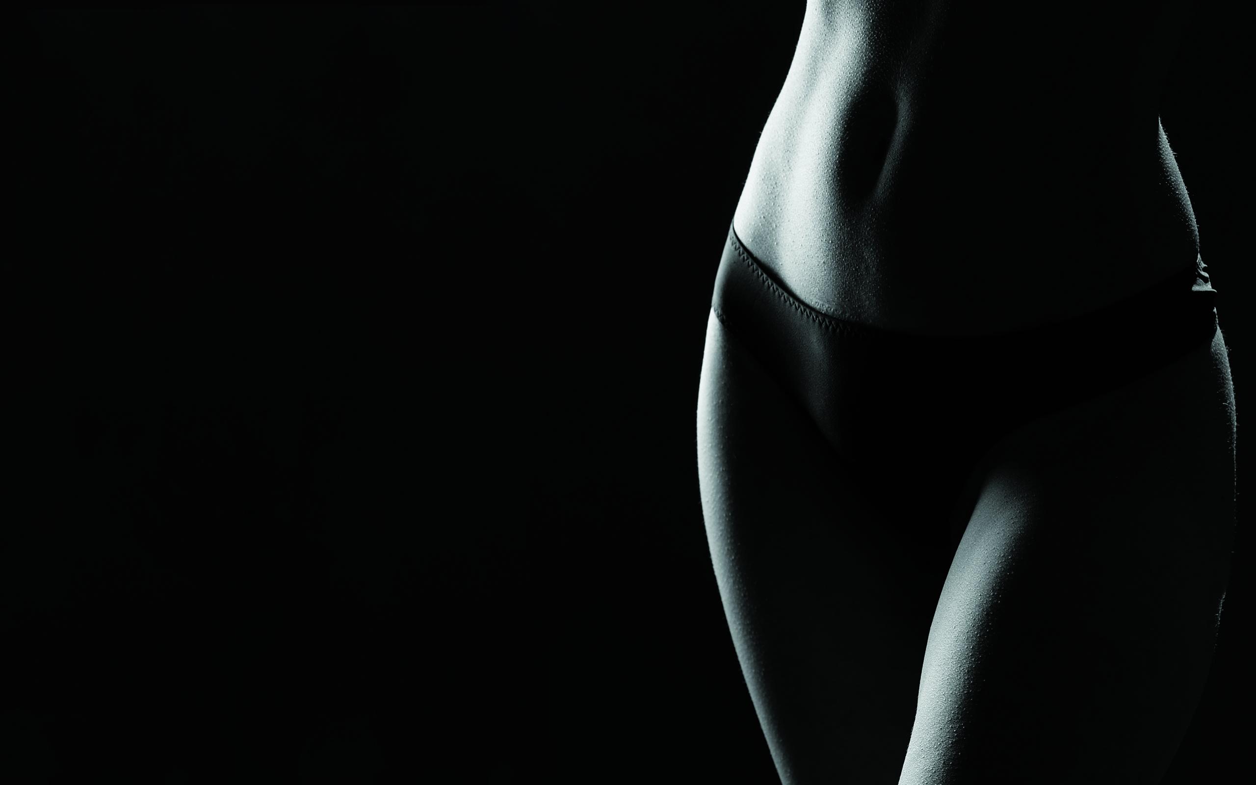Женские тела в черном