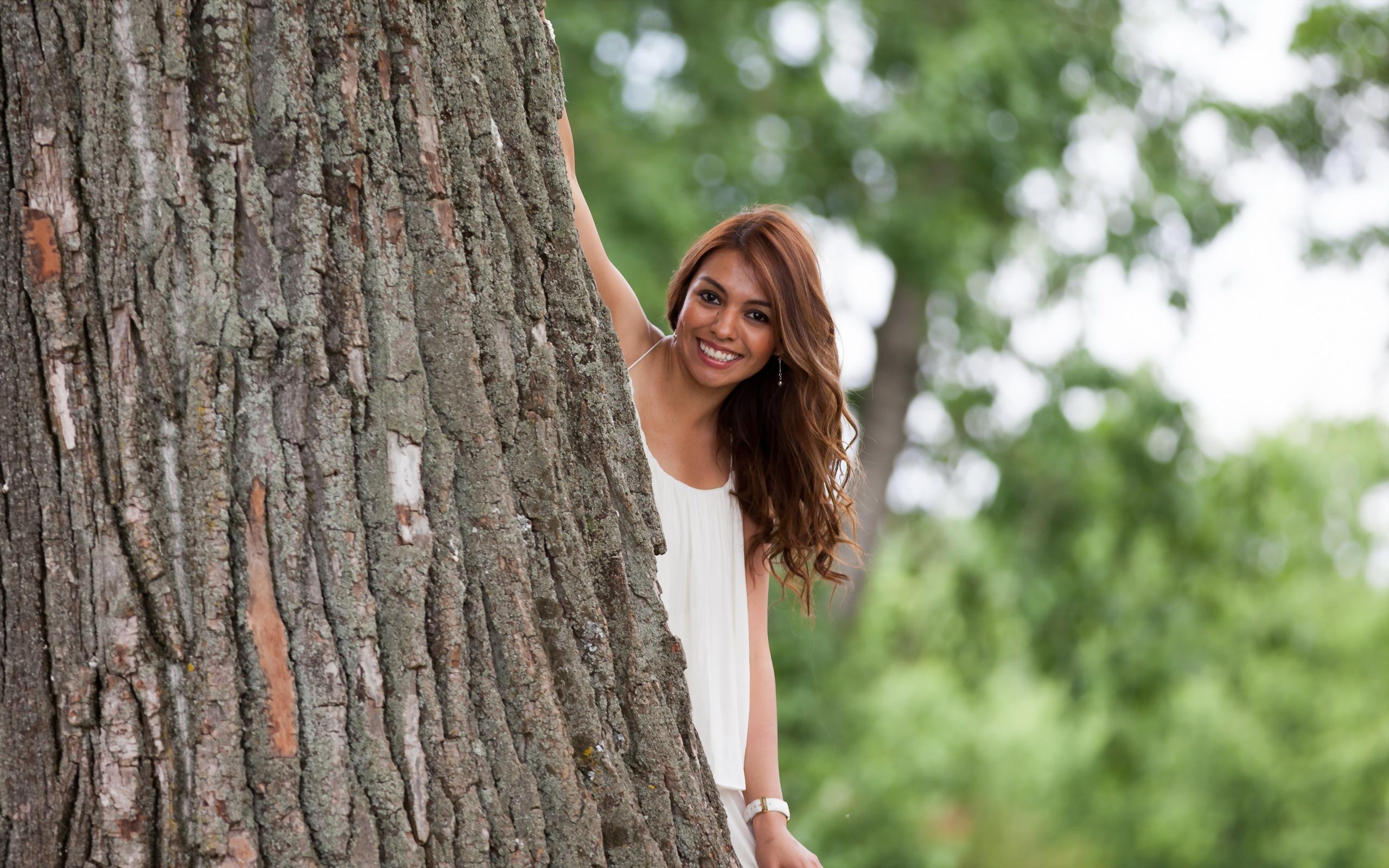 одним девушки около дерева мужчин устроят