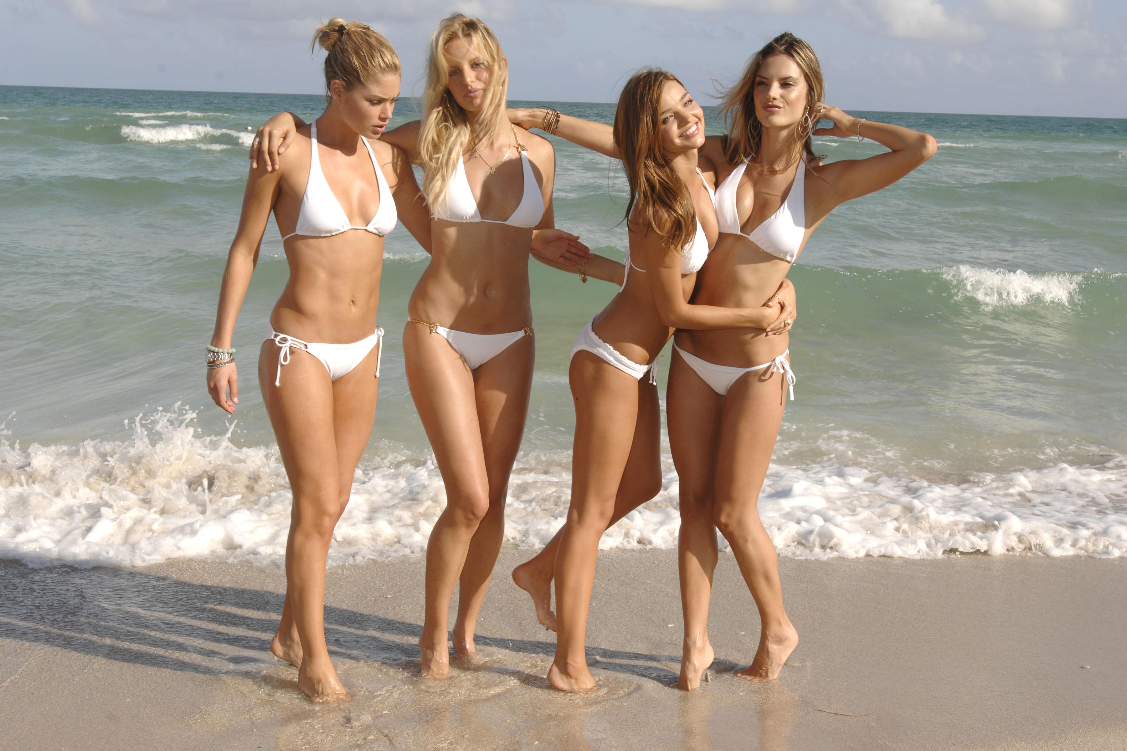 Четыре голые девочки 23 фотография