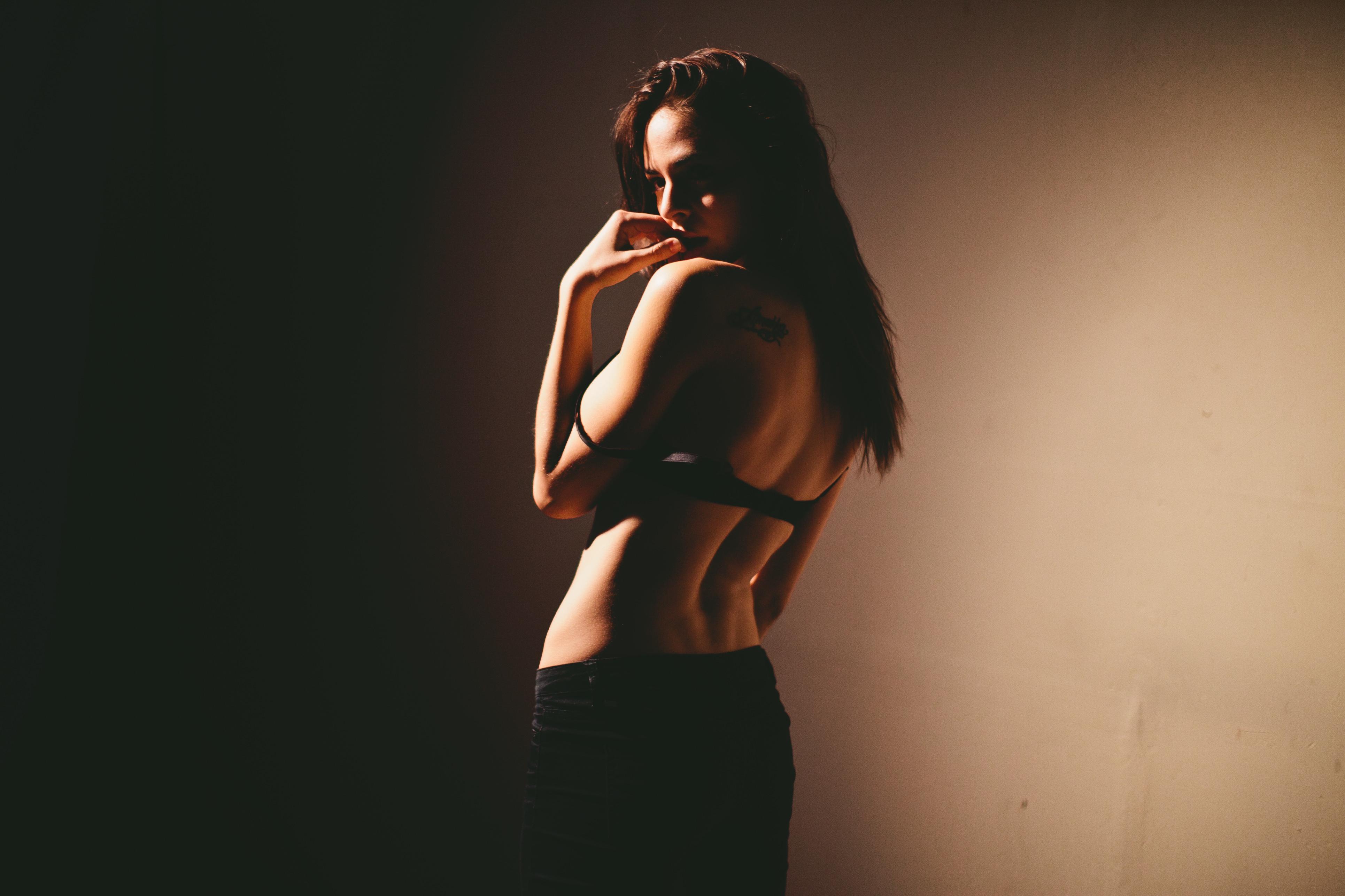 Фото девушек брюнеток со спины на аву 23 фотография