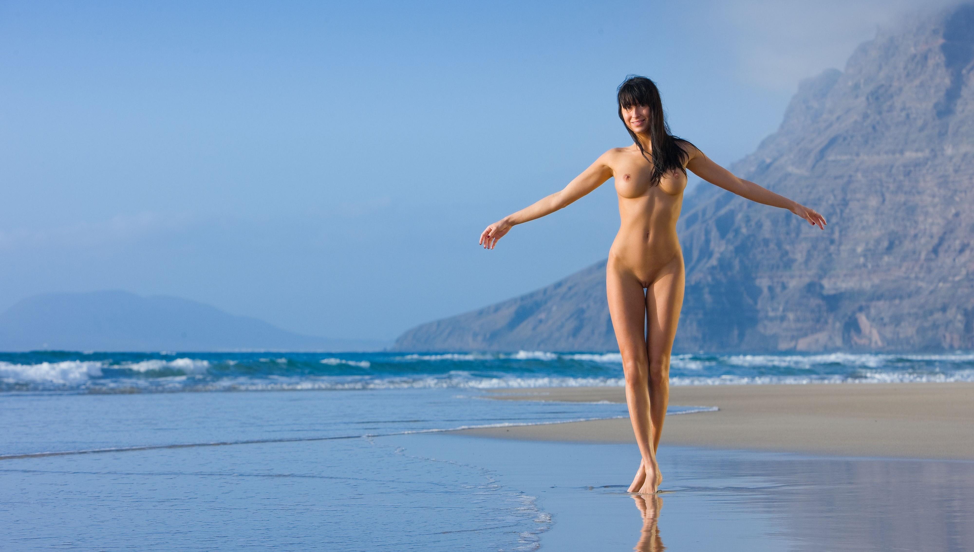 танец голеньких девушек на пляже которой уже