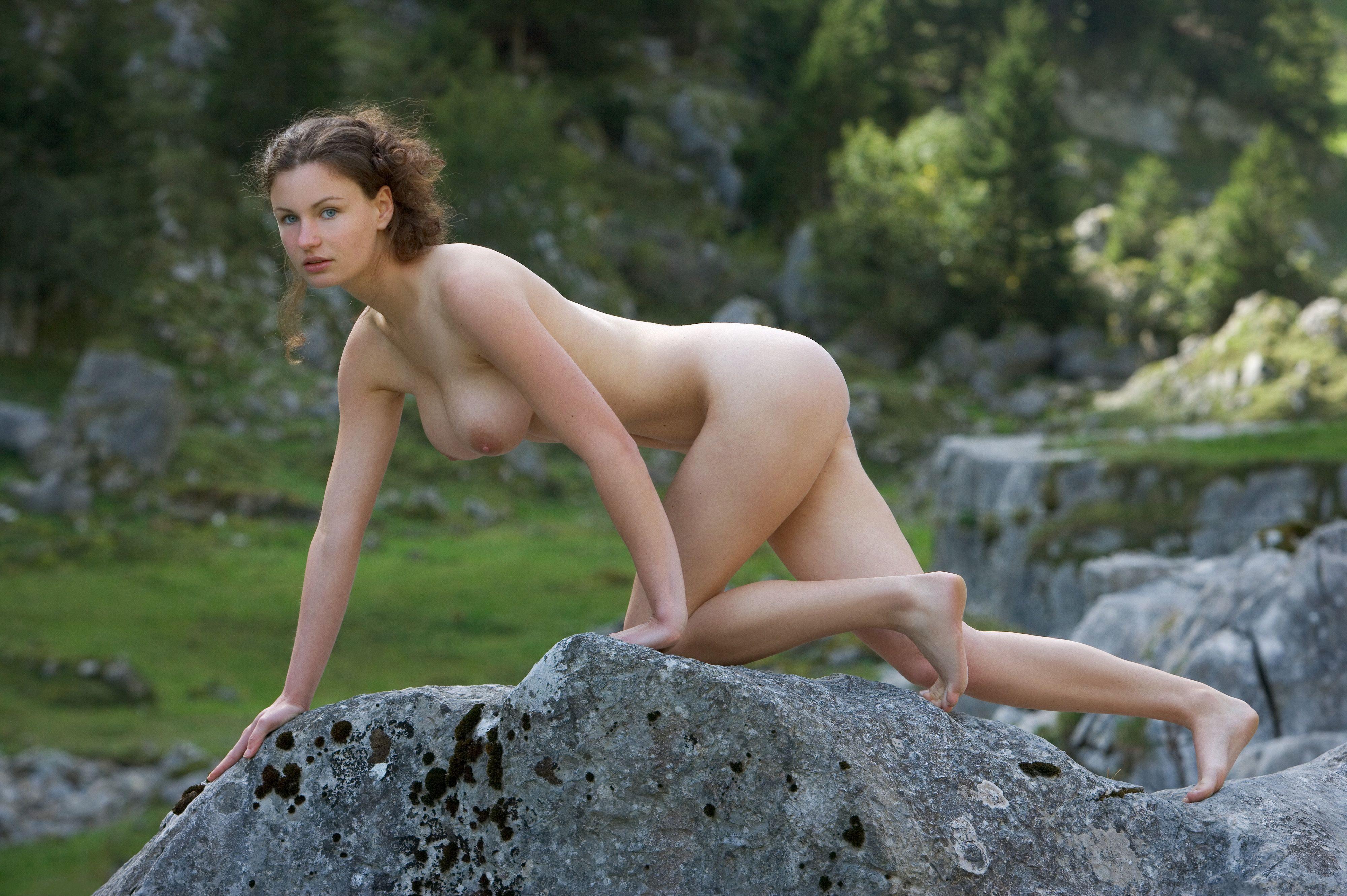 Шатенка голая на природе 10 фотография