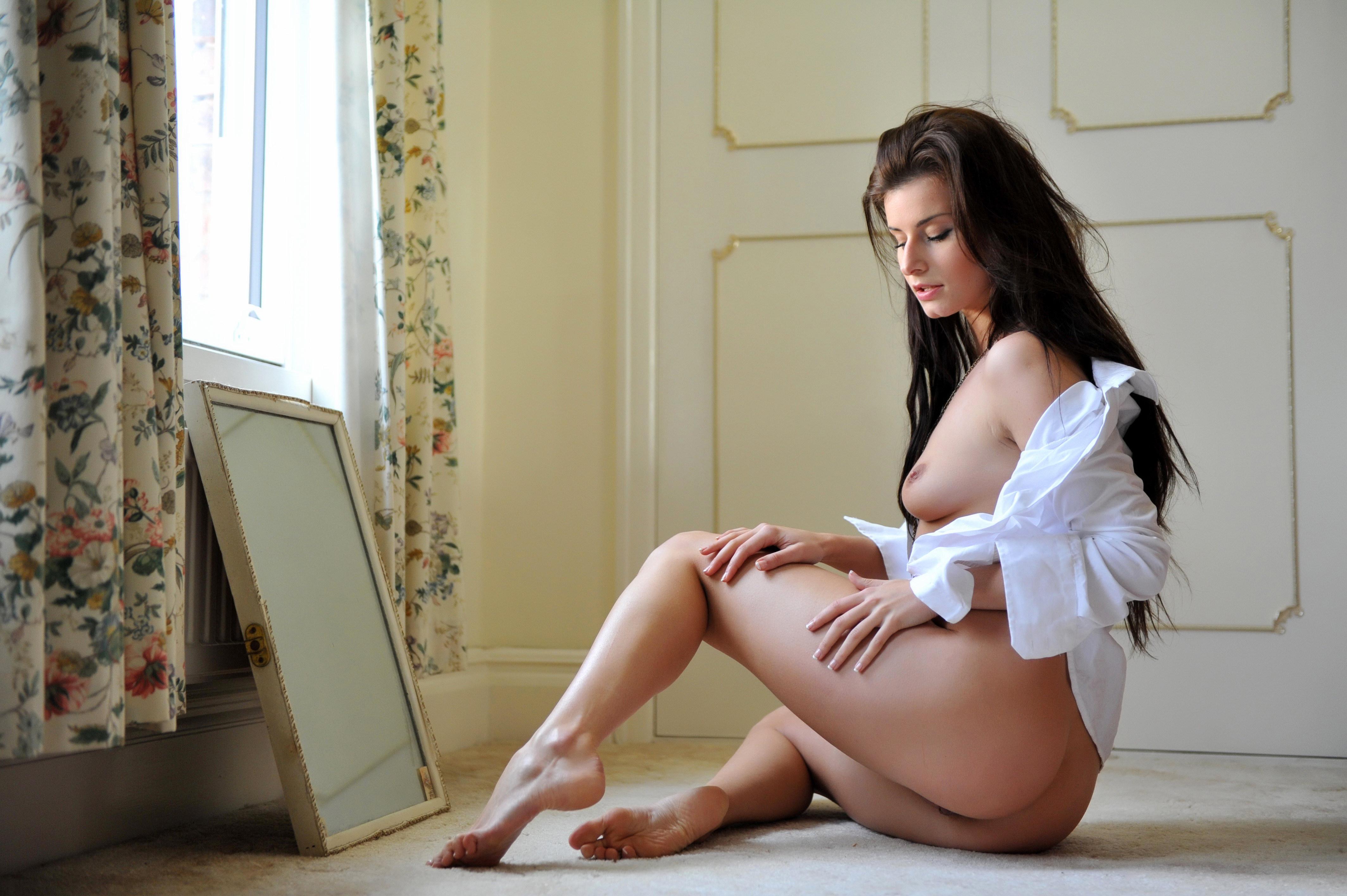 Эротическое фото длинноволосых брюнеток 3 фотография
