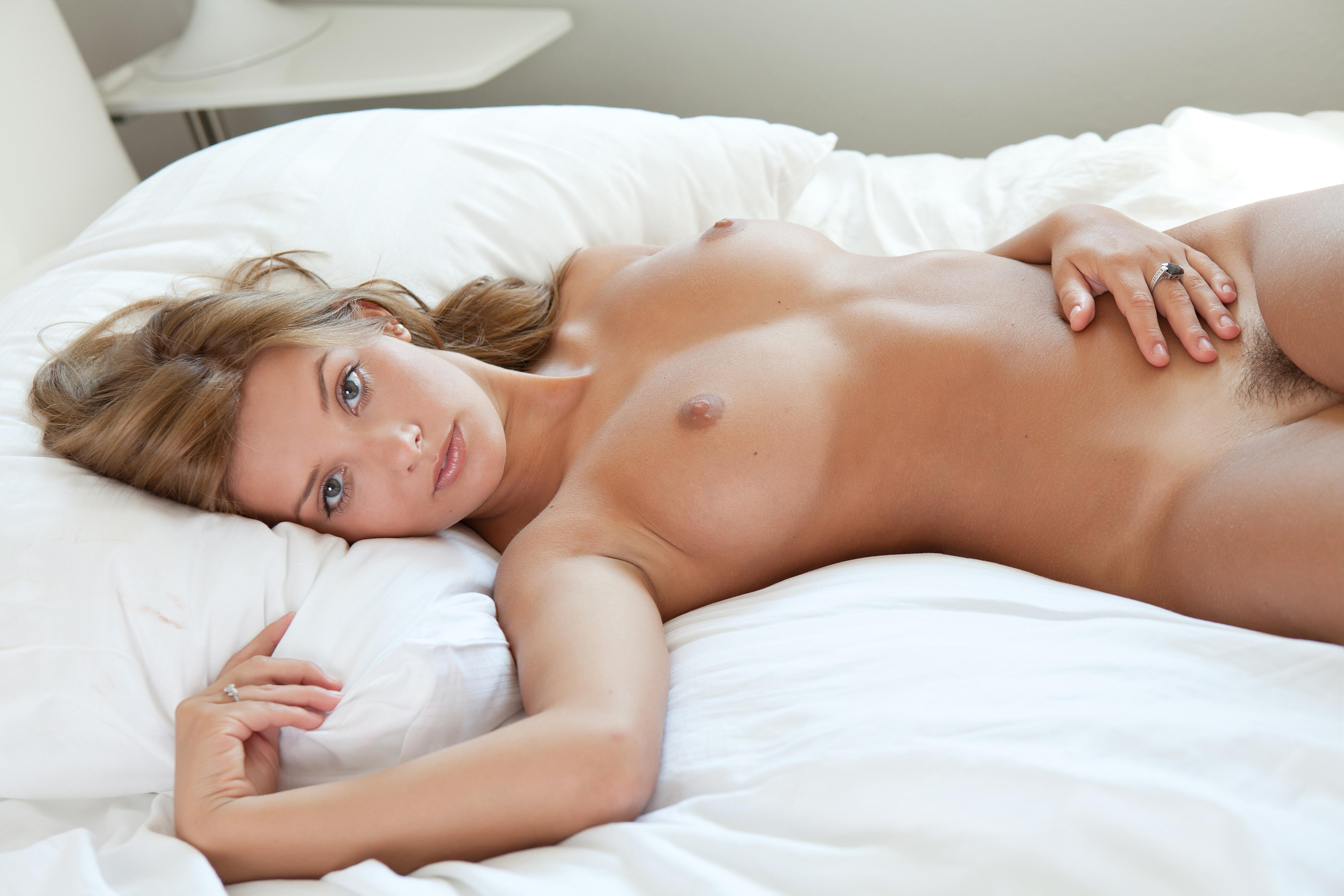 красивые голые девушки фото в постели знаю