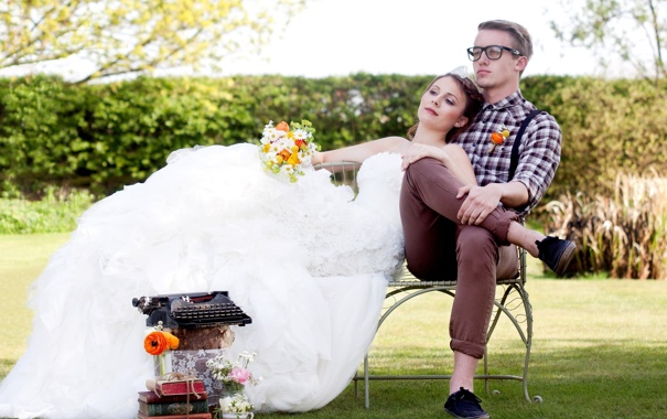 Фото обои трава, скамейка, книги, букет, платье, очки, мужчина