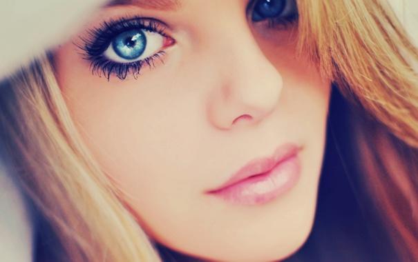 фото красивые девушки с голубыми глазами закрывающие губы