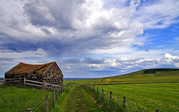 Фото обои дорога, поле, пейзаж, дом, забор