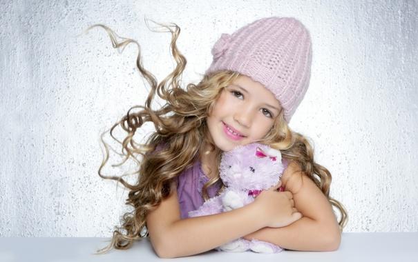 Фото обои улыбка, шапка, игрушка, девочка, локоны