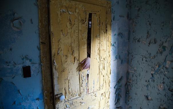 Фото обои комната, рука, дверь