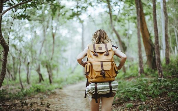 Фото обои девушка, блондинка, рюкзак, идет