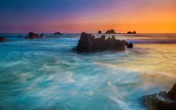 Фото обои море, небо, облака, закат, камни, скалы, зарево