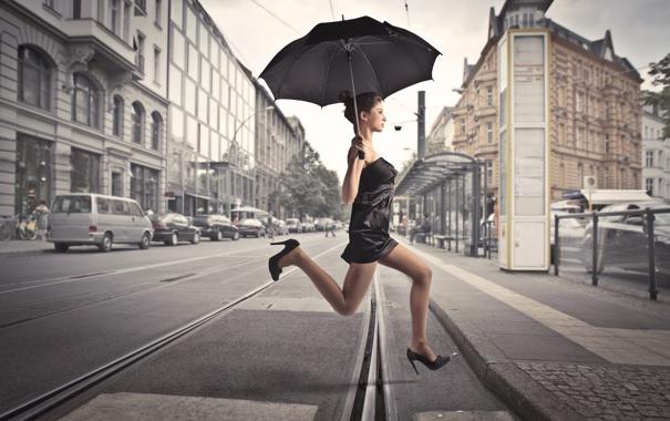 Фото обои девушка, машины, город, прыжок, здания, рельсы, зонт
