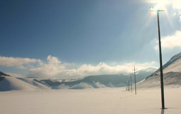 Фото обои зима, поле, небо, снег, столбы