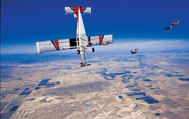 Фото обои небо, самолет, дороги, парашют, контейнер, деревни, парашютисты