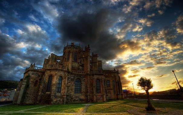 Фото обои небо, облака, деревья, закат, тучи, город, замок