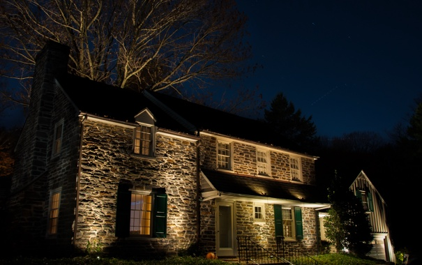 Фото обои небо, трава, звезды, деревья, ночь, огни, дом