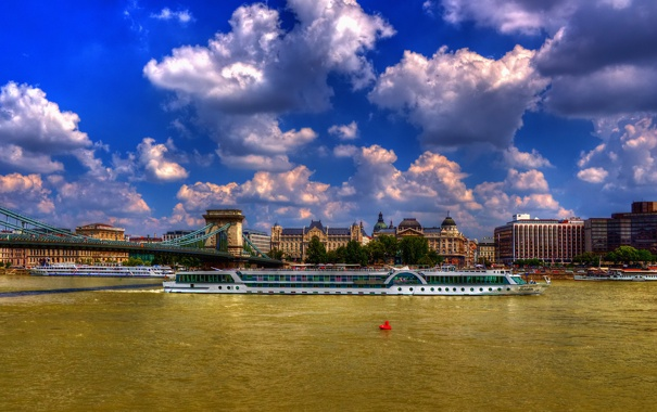 Фото обои облака, мост, город, дома, теплоход