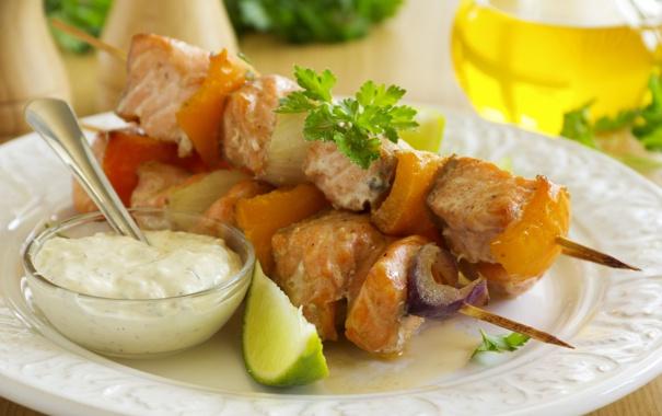 Фото обои зелень, еда, мясо, лайм, соус, шашлык, шпажки