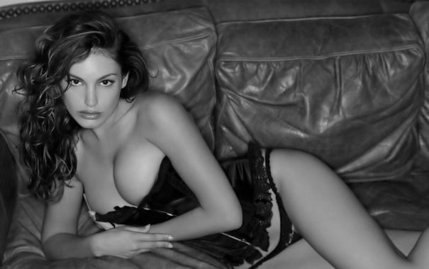 Фото обои грудь, глаза, поза, диван, черно-белый, волосы, белье
