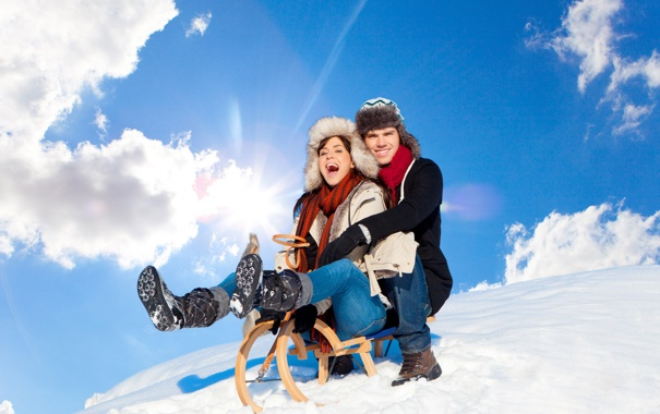 Фото обои зима, девушка, снег, склон, парень, санки