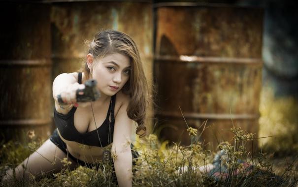Фото обои взгляд, девушка, пистолет, азиатка