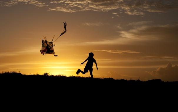 Фото обои небо, трава, солнце, облака, закат, детство, игра