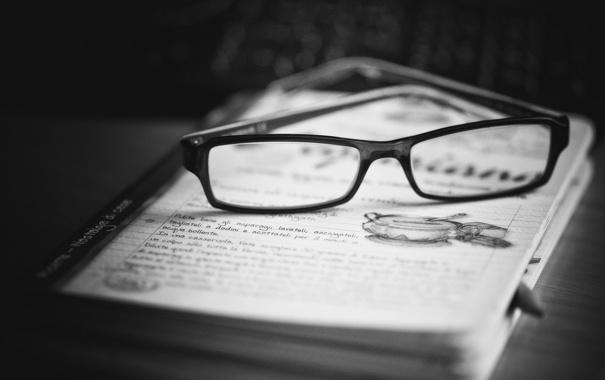 Фото обои стол, очки, черно-белое, карандаш, тетрадь