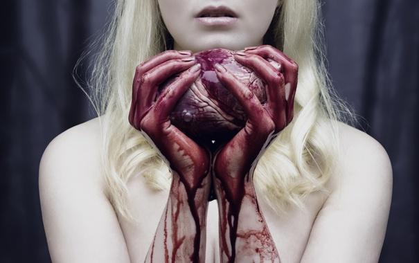 фото руки девушки в крови