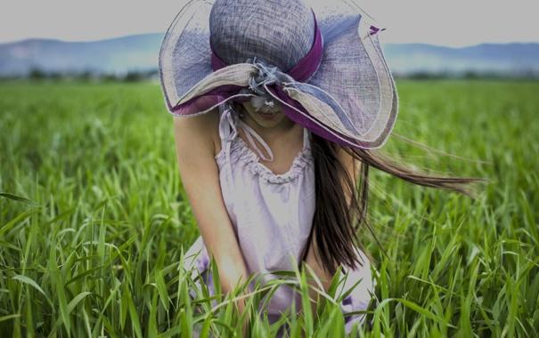 Фото обои поле, девушка, ветер, шляпка