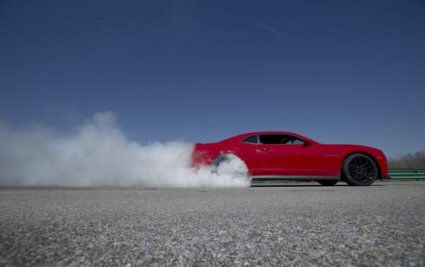 Фото обои небо, красный, дым, red, шевроле, вид сбоку, camaro