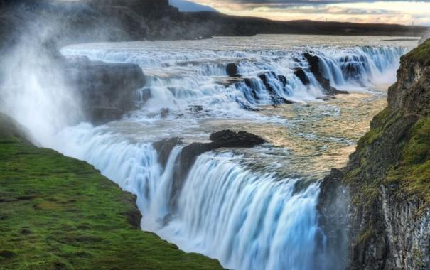 Фото обои трава, облака, брызги, скалы, водопад