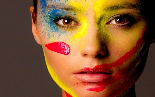 Фото обои девушка, лицо, краски, цвет, палитра