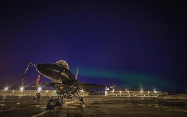Фото обои звезды, северное сияние, аэродром, F-16, Fighting Falcon, «Файтинг Фалкон»