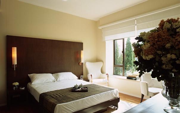 Фото обои цветы, комната, кровать, интерьер, кресло, окно, ваза