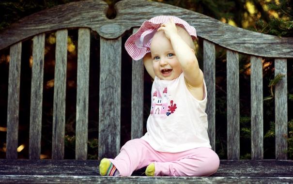 Фото обои взгляд, скамейка, улыбка, ребенок, малыш, зубки, дитя